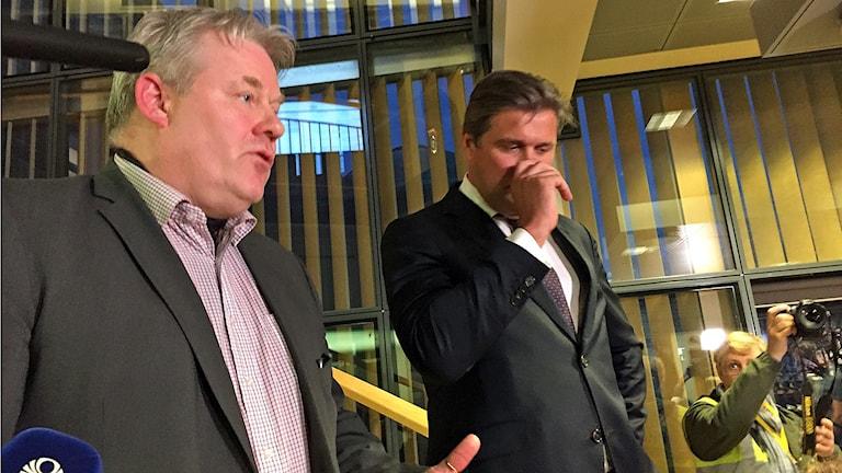 Islands nye statsminister Sigurður Ingi Jóhannsson talar till media i parlamentets trappa. I mitten finansminister Bjarni Benediktsson.