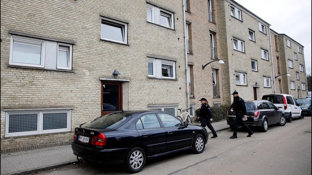 Danska polisen går in i en lägenhet i Tingbjerg, Köpenhamn. Foto: Jens Dresling, TT.
