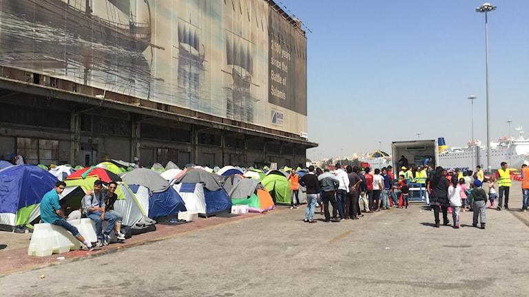 I det tillfälliga tältlägret i Piraeushamnen utanför Aten bor nu uppemot 5000 flyktingar och migranter