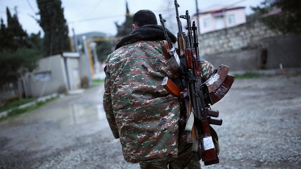 Armenisk soldat bär Kalashnikov Nagorno-Karabach