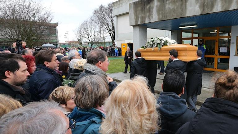 Giulio Regenis kista anländer till begravningen.