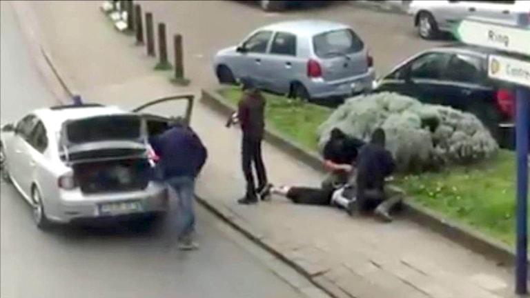 Polis i Bryssel griper en misstänkt för inblandning i terrordåden i Bryssel och Paris.