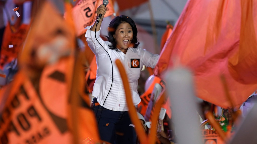Presidentkandidaten Keiko Fujimori vinkar till anhängare under ett valmöte i Perus huvudstad Lima.