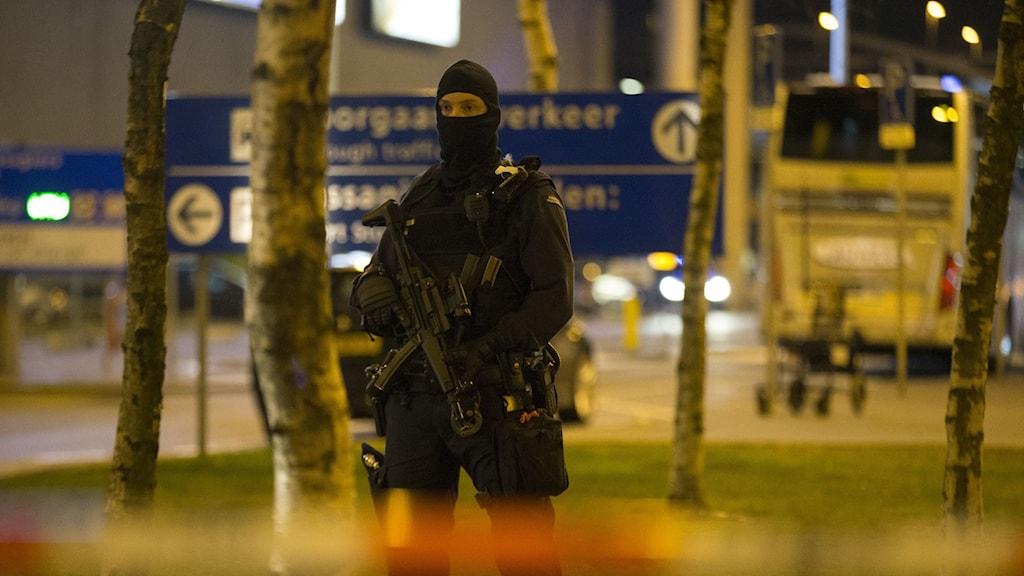 Beväpnad polis utanför flygplatsen Schiphol.