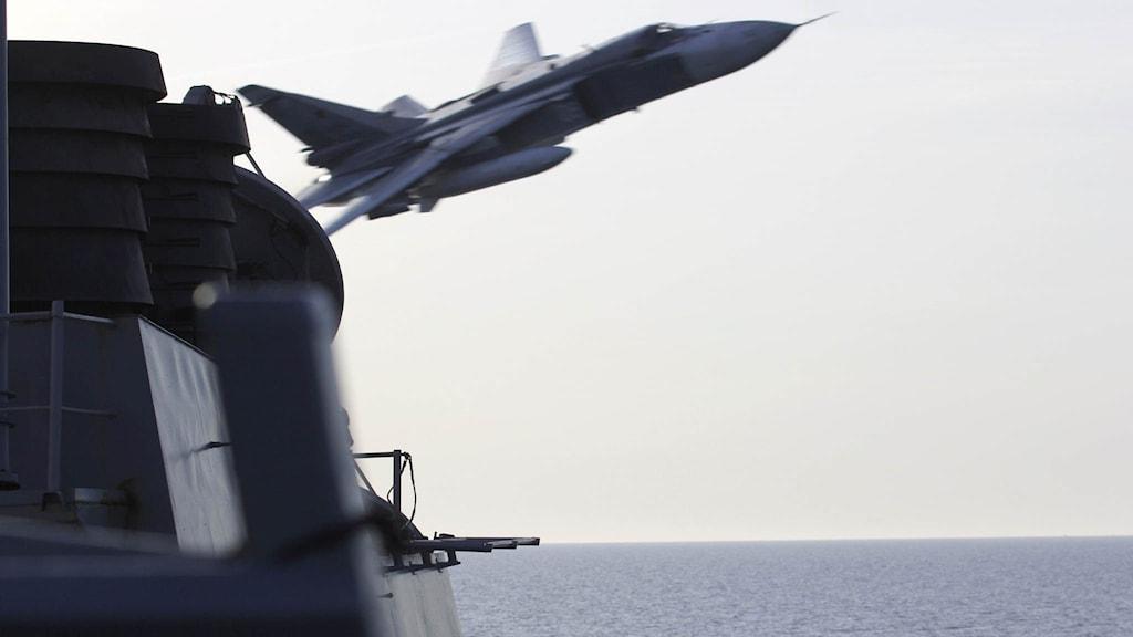 Det ryska Su-24 fotades när det passerade amerikanska fartyget USS Donald Cook på extremt nära håll.
