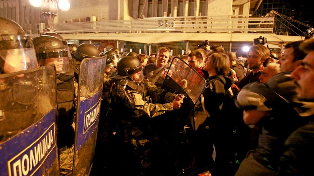 Demonstranter i tumult med polis i Skopje.