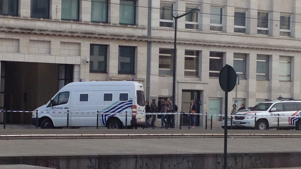 De fyra terrormisstänkta förs till häktningsförhandlingarna i olika fordon.