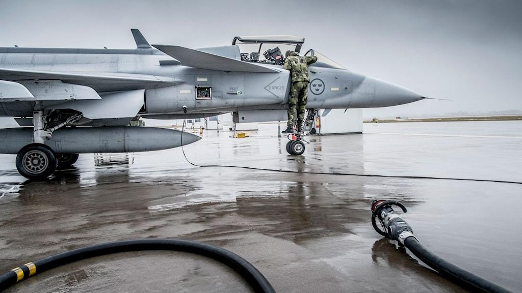 Tekniker jobbar med ett Gripenplan i verkstaden i Såtenäs. Foto: TT