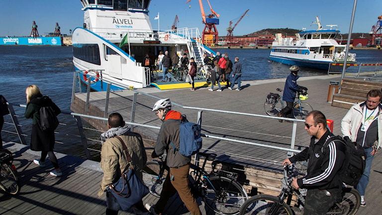 Sjöbefälsföreningens strejk gör att älvfärjornas linjer går med färre turer mellan Stenpiren och Lindholmen i Göteborg.
