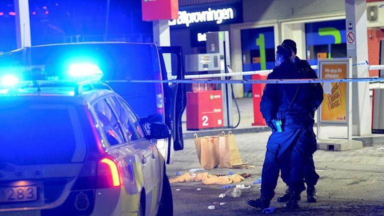 Polis och avspärrningar vid bensinmack