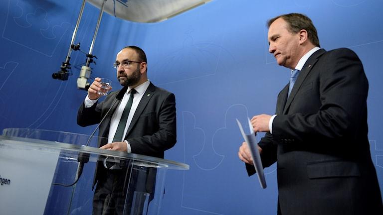 Bostadsminister Mehmet Kaplan (MP) avgår, meddelar statsminister Stefan Löfven på en presskonferens i Rosenbad i Stockholm. Foto: Jessica Gow / TT