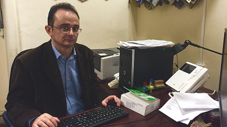 Åklagaren Andrea Bonomo sitter bakom ett skrivbord.