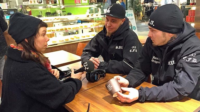 Medborgargardet Soldiers of Odins ledare i Joensuu, Aapo Mielonen och Lari Kuosmanen, intervjuas av Sveriges Radios korrespondent Thella Johnson. Foto: Sveriges Radio