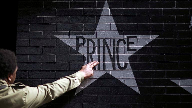 Ett Prince-fan rör väggen  utanför en nattklubb i Minneapolis.