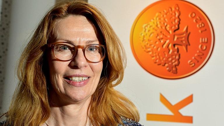 Kvinna med glasögon bredvid Swedbank-logga.