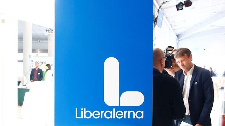 Liberalernas nya logotype som ser ut som en kuk eller ett IS-finger