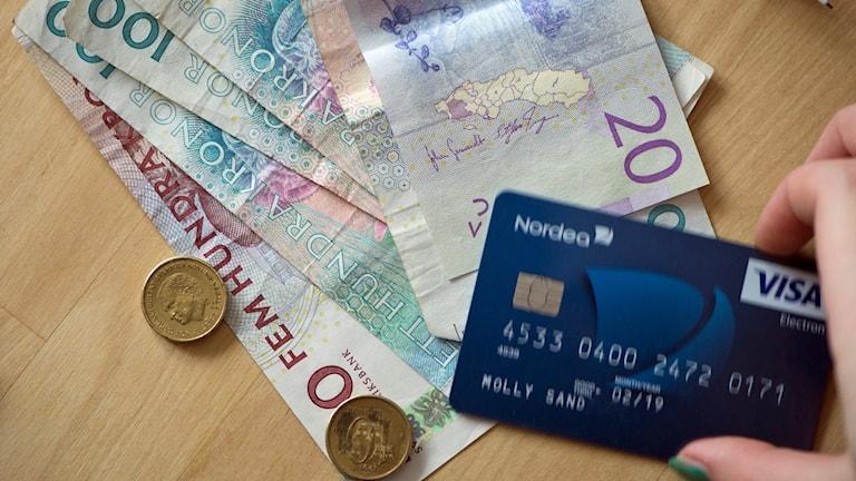 Sedlar, mynt och betalkort.