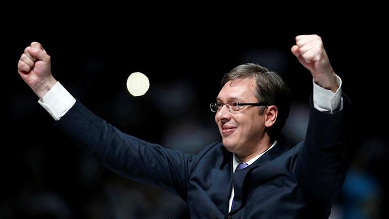 Serbiens premiärminister gör segertecken under ett valmöte i Novi Sad.