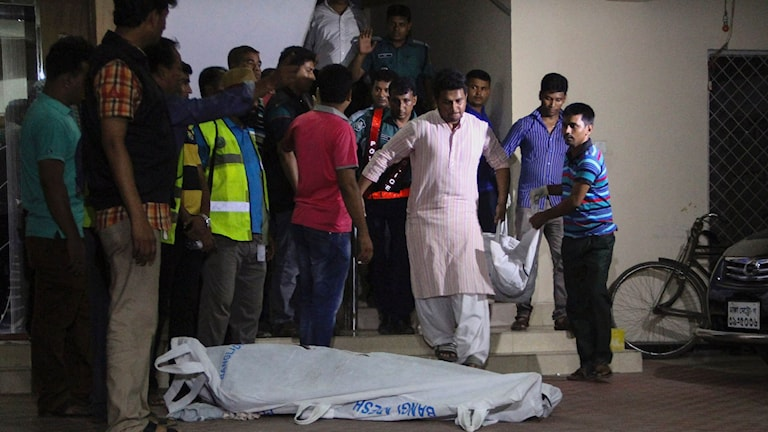 Kropparna av två hbtq-aktivister bärs ut från en lägenhet i Dhaka, Bangladesh.