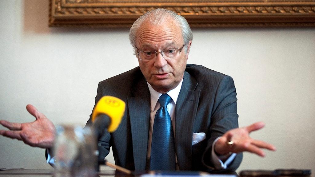 Kung Carl Gustaf intervjuas maj 2011 efter turbulenserna kring skandalboken om honom
