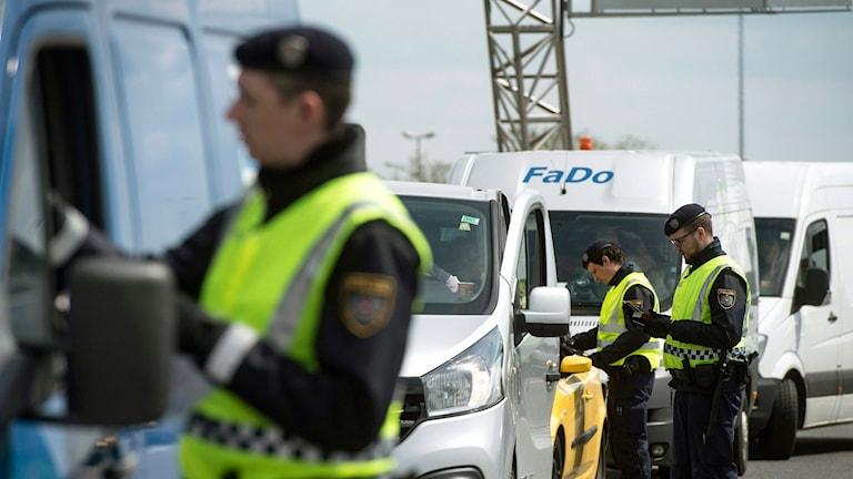 Polismän kontrollerar bilister
