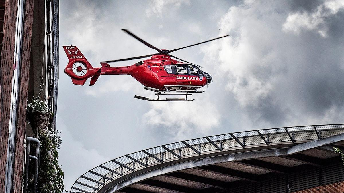 Ambulanshelikopter landar på en helikopterplatta.