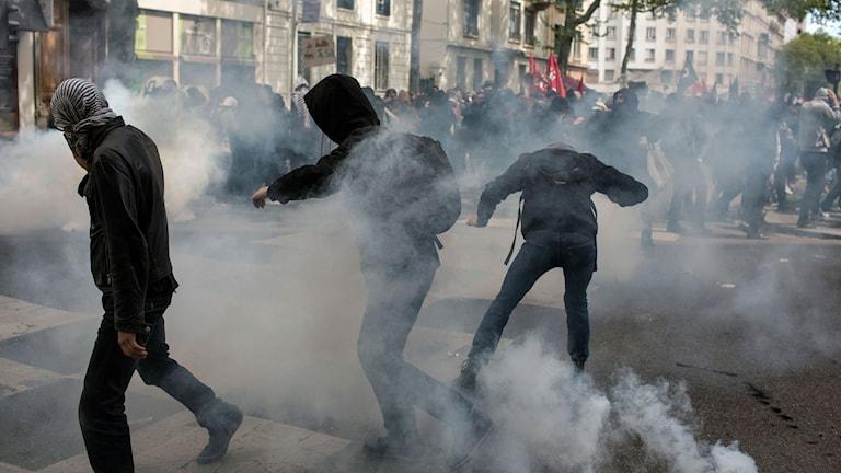 demonstranter i tårgas