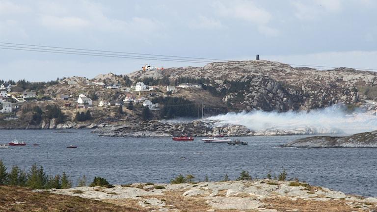 En helikopter har störtat utanför ön Sotra, nära norska Bergen.