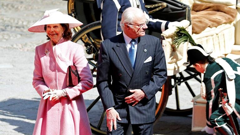 Drottning Silvia och kung Carl Gustaf anländer till Stockholms stads lunch i Stadshuset i Stockholm lördagen den 30 april vid firandet av kung Carl Gustafs 70-årsdag.