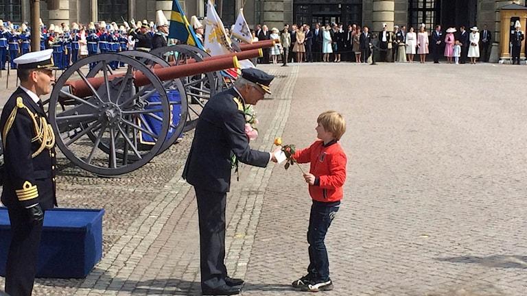 Kung Carl Gustaf uppvaktades av flera barn med blommor.