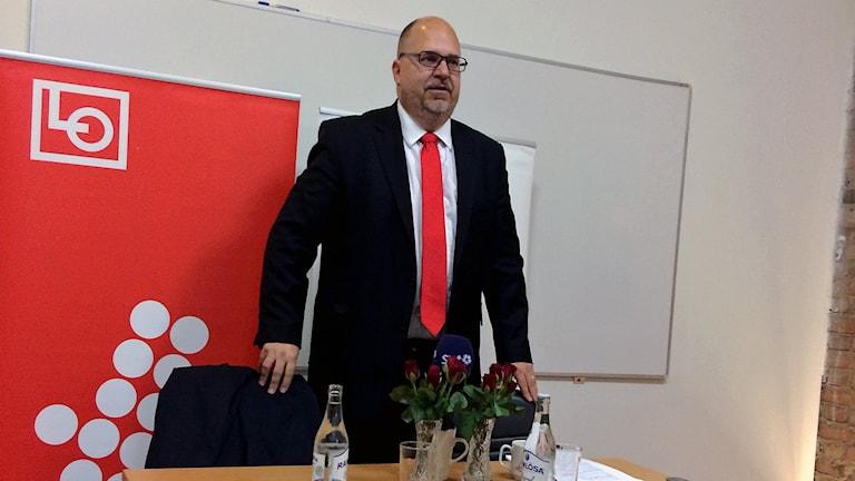 Karl-Petter Thorwaldsson på LO:s presskonferens i Landskrona.