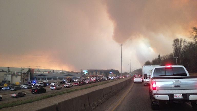 Bilar på motorvägen och kraftig rök