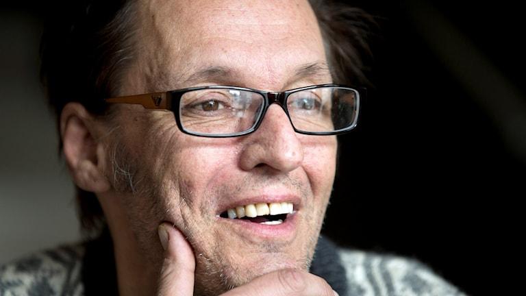 Den folkkäre artisten Olle Ljungström har dött. Han blev 54 år gammal.