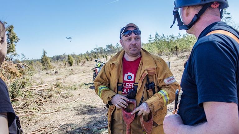 Brandman Anders Broberg vid den mark/skogsbrand som på lördagen härjar i ett område mellan Vänge och Buttle på Gotland.