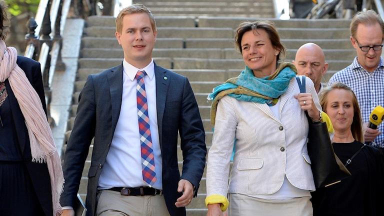 Gustav Fridolin och Isabella Lövin på väg till pressträffen.