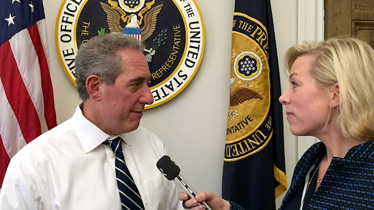 Ekots korrespondent Ginna Lindberg och Obamas chefsförhandlare, Michael Froman.