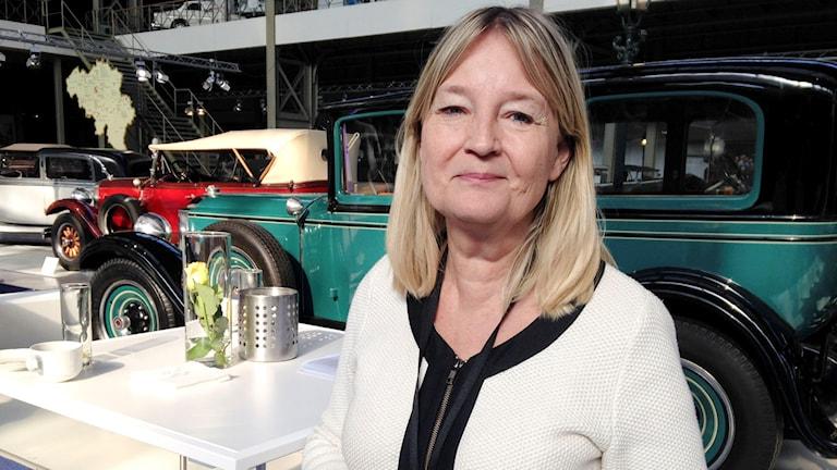 Kvinna på  bilmuseum.