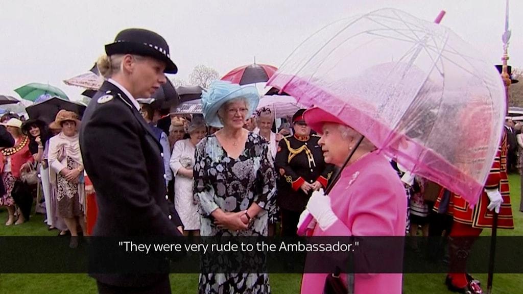 Drottningen pratar med polischefen.