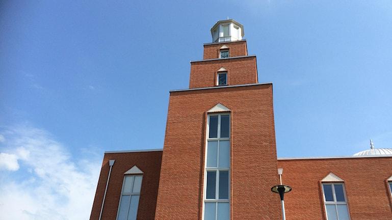 Bilden visar tornet på den tegelröda Mahmood-moskén i Malmö, som tillhör Ahmadiyya-samfundet. Foto: Anna Bubenko/Sveriges Radio