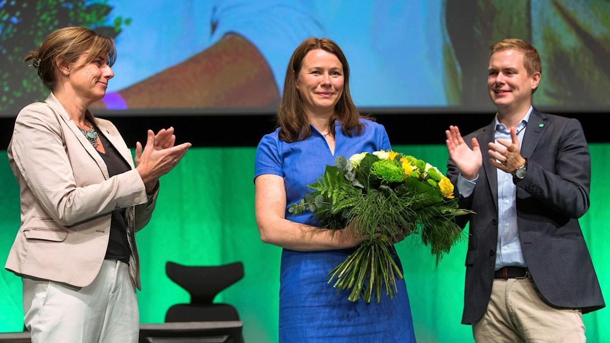 Åsa Romson avtackas av Isabella Lövin och Gustav Fridolin.