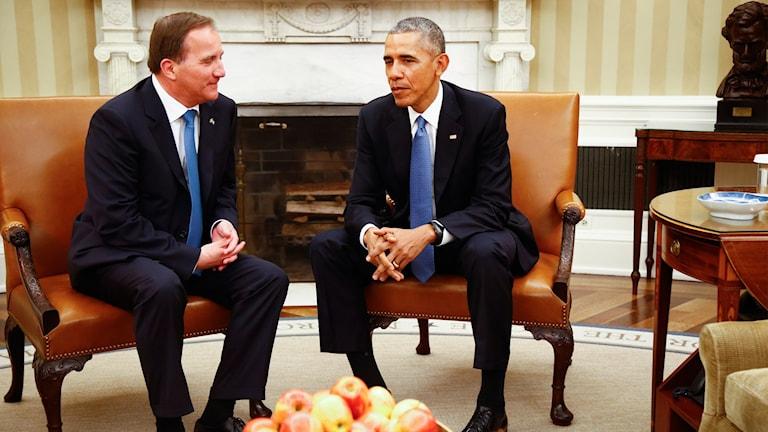 Statsminister Stefan Löfven talar med USA:s president Back Obama under topmötet i Vita huset.