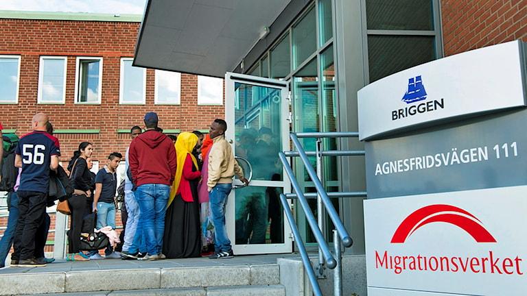 Människor står utanför Migrationsverkets kontor i Malmö.