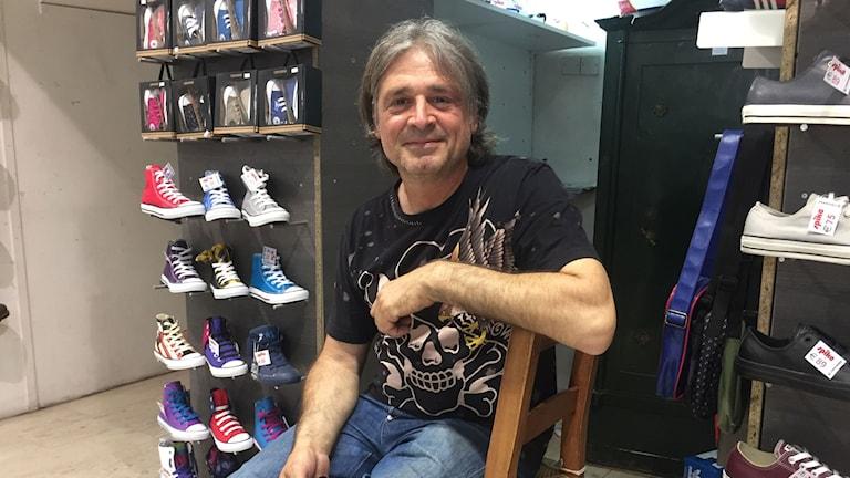 Skohandlaren Dodis Pelicanos i Nicosia tvivlar på landets ekonomiska framgång.