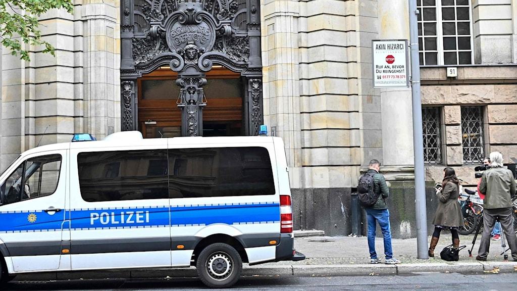 Polis bevakar domstolen i Berlin i dag. Rättegången har väckt stor uppmärksamhet efter anklagelser om rysk inblandning.