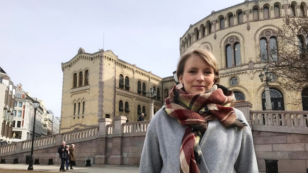 Kvinna framför Stortinget i Oslo.