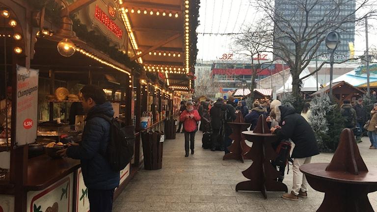 I förmiddags öppnade julmarknaden på Breitscheidplatz, nu omgiven av betongbarriärer. Där rådde en stillsam stämning.