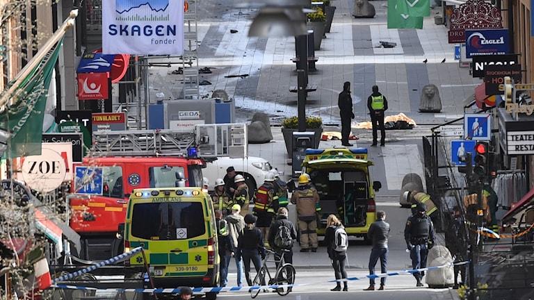 En kapad lastbil körde i hög vart genom Drottninggatan. Räddningstjänst, ambulans och polis tillsammans på platsen.