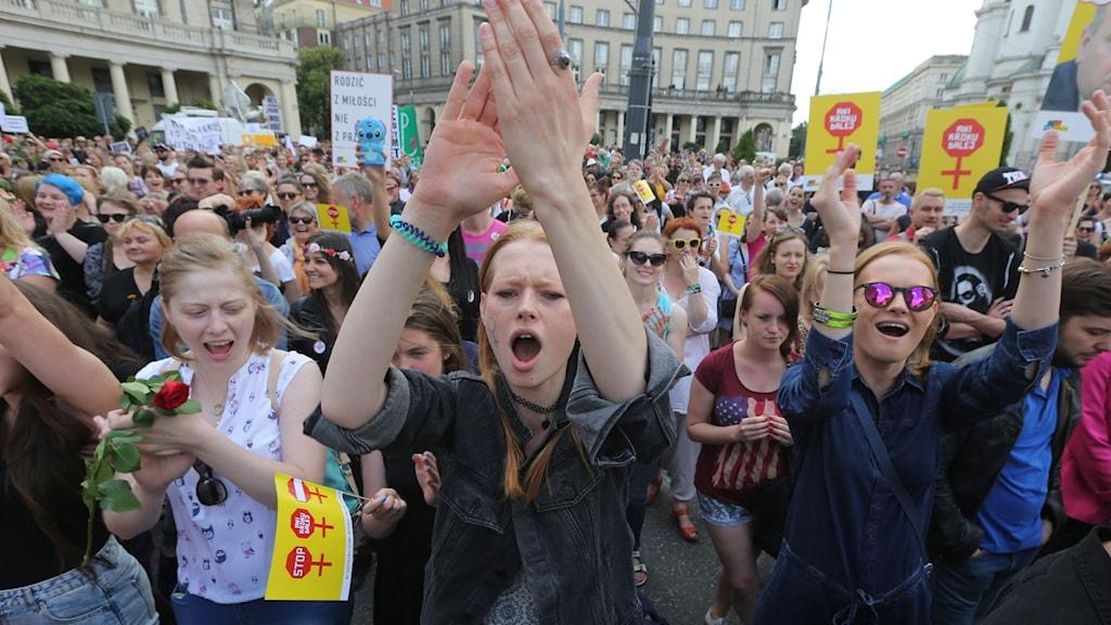 Kvinnor protesterar mot Polens abortförbud.