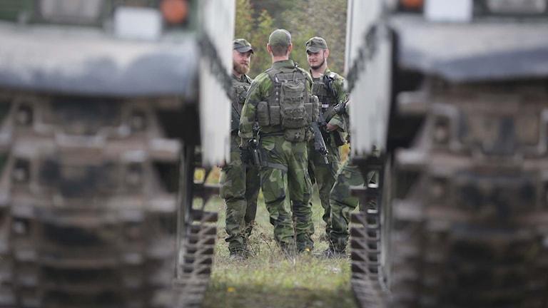 Soldater på ett skjutfält på Gotland.