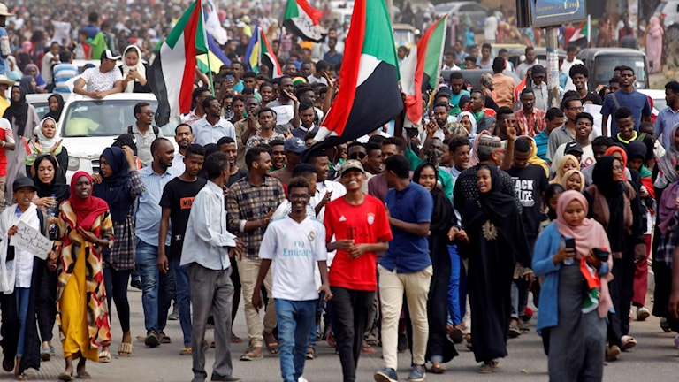 Glada demonstranter i Sudan.